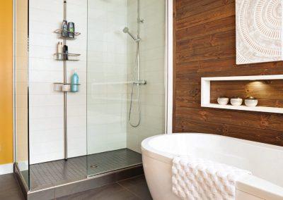 Salle de bain contrastée 2 - Crédit photo au magazine Je Décore des Éditions Pratico-Pratiques. Photographe: Rémy Germain