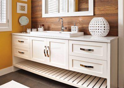 Salle de bain contrastée 1 - Crédit photo au magazine Je Décore des Éditions Pratico-Pratiques. Photographe: Rémy Germain