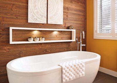 Salle de bain contrastée 3 - Crédit photo au magazine Je Décore des Éditions Pratico-Pratiques. Photographe: Rémy Germain